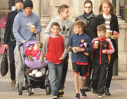 Большое семейство движется в парк на разминку