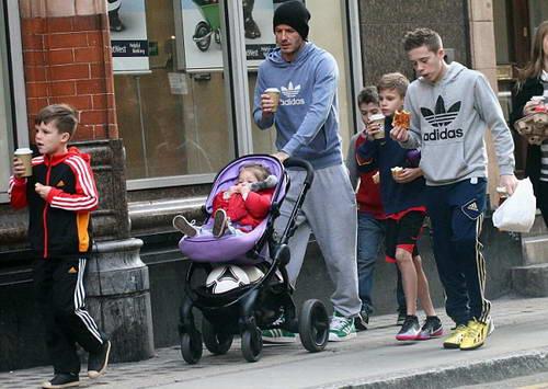 Семейство Бекхэмов идет по улицам Лондона