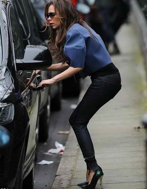 Виктория в джинсах на высоком каблуке