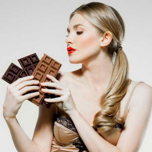 Женщина с шоколадом - уменьшающим риск инсульта