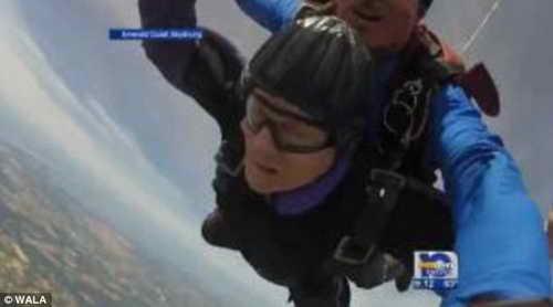 90-летняя женщина прыгнула с парашютом