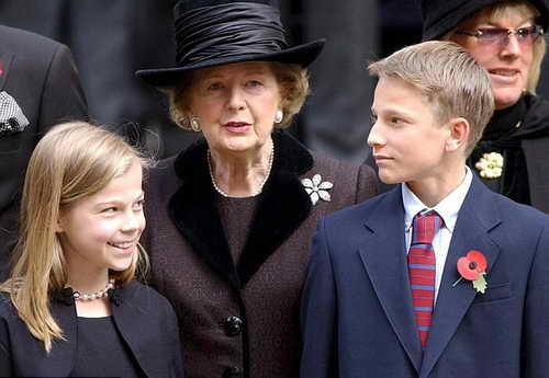Маргарет Теттчер с внуками в 2003 на панихиде ее мужа