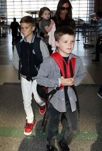 виктория Бекхэм с детьми идет на посадку