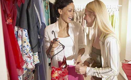 Почему шопинг с подружками бьет по твоему кошельку?